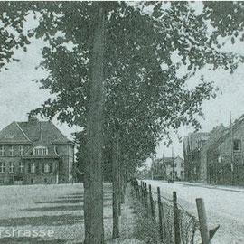 Das Schulgebäude in dem noch weitgehend unbebauten Büderich