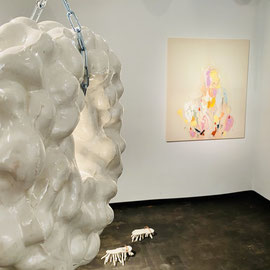 Liquid solidity, JULIA BELOVA, GABRIEL HUTH (Objekte am Boden), ANNA CARINA ROTH (Bild an der Wand)