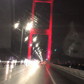 im Regen über den Bosporus