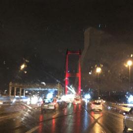 über den Bosporus im Regen