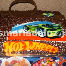 Bolo Hot Wheels com Looping de chocolate