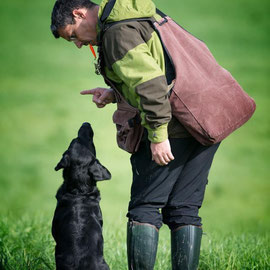 Bernhard mit Enzo bei der Besprechung des Blinds