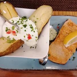 glutenfreier Lachs mit Ofenkartoffel im Restaurant Das Mo, Ingolstadt