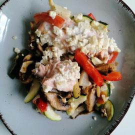 Lachs mit Ofengemüse und Feta, glutenfrei