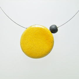 collier artisanal en poterie jaune