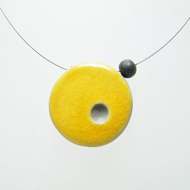 description précise de ce bijou-collier céramique raku jaune