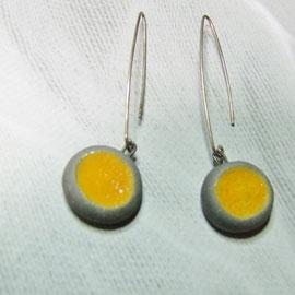 description détaillée des boucles d'oreilles ceramique raku jaune