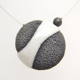 description collier effet lave noir et blanc céramique raku
