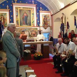 Messe en mémoire de la libération dans la belle église de Bréctouville, avec la musique de Torigni et les porte-drapeaux