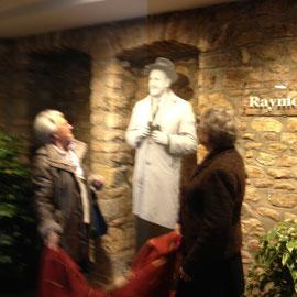 Dévoilement de l'image photographique imprimée sur vitre de Raymond Rivault par ses deux filles