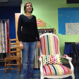 Emilie Hébert, de saint-Pois, présente un fauteuil qu'elle a restauré