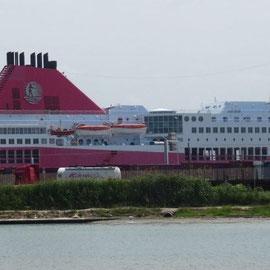 eine Minoan-Line-Fähre, von den Griechen verkauft an die Garibaldi-Flotte; im Hafen von Livorno