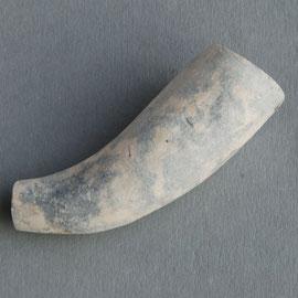 nr 11-1043, hoornmodel van B. van der Maas Gouda, uit dezelfde stort als pijpje hiernaast