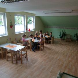 Im Esszimmer nehmen die Kinder ihre Mahlzeiten ein. Guten Appetit!