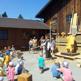 Als Dank für die große Tapferkeit schlägt Ritter Rotbart die Kinder zum Ritter der Höllburg.