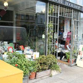 Ein Buchladen mit üppiger Pflanzendekoration.