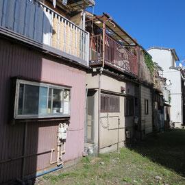 建物の裏側からみると住宅密集の様子がわかる