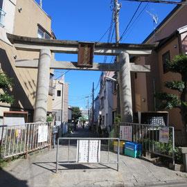 住宅密集地域では亀高神社の参道が一番広い道路だった