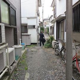 狭い道路の両側に新しい家も建っている