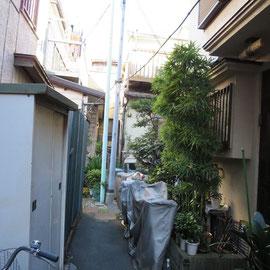 この狭い路地の奥にも何軒かの家がある