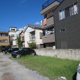 駐車場の右奥の家々の出入り口が気になった
