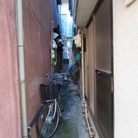 途中の横道は建物の間の狭い空間だけ