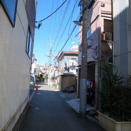 道幅が狭いうえに建物が道路までせり出している