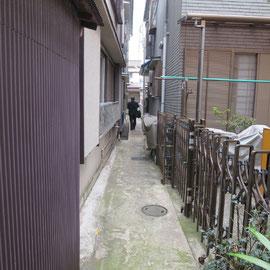 この路地も狭いけど奥には玄関がありました