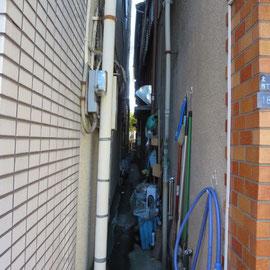 この狭い空間が奥の家の出入り口だ!