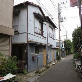 今は人が住んでいない古い家屋が並んでいた