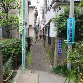 狭い路地の片側はブロック塀