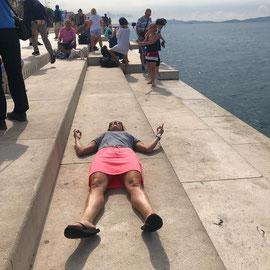 """""""Immer liegt was rum"""" – an der """"Sea Organ"""", Zadar, Kroatien (Okt 2018): Seeorgelklänge einfach mal auf sich wirken lassen.... aber irgendwie macht niemand mit?"""
