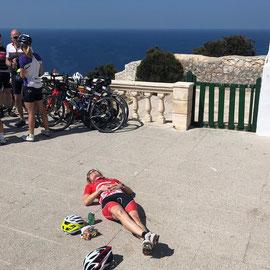 """""""Immer liegt was rum"""" – Mallorca, Cap de Formentor (März 2019) : Herrlich, einfach kurz mal rumliegen, bevors wieder in den Sattel geht…"""