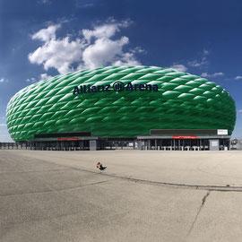 """""""Immer liegt was rum"""" – vor der """"Allianz-Arena"""", (München, Ostern 2020): Riesiges, aber leider leeres Osternest gefunden! (Achtung """"Ironie""""! ;)"""