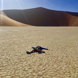 """""""Immer liegt was rum"""" – im Deadvlei/Sossusvlei(Namibia) (Dez 2018): Hot Stone soll doch gut gegen Rücken sein…"""