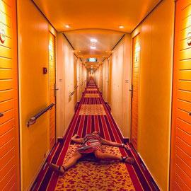 """""""Immer liegt was rum"""" – AIDA auf hoher See (Sept 2018): 'Machen Längsstreifen wirklich schlank?' oder wollte ich abschliessend einfach mal wieder nen 'Special mARTi-Auftritt' aufm Teppich?"""