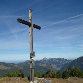 das Heimkehrerkreuz mit Blick zum Wendelstein
