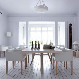 La salle à manger donne sur le bow-window avec une table en chêne brossé entouré de sièges en cuir blancs ... Chic du chic ...