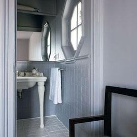Salle de bain parentale avec des fenêtres octogonales