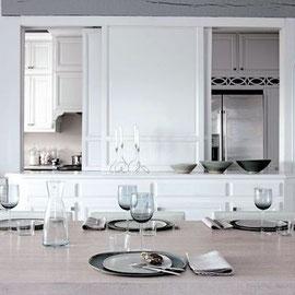 Elegante table dressée par la maitresse de maison