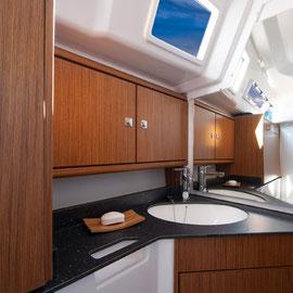 BAVARIA33 Cruiser Nasszelle mit Waschbecken & WC