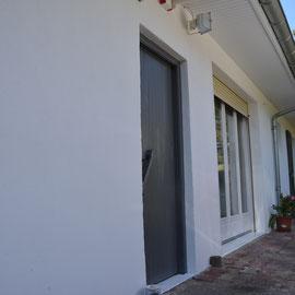 Peinture façade pliolite en blanc avec porte et volets persiennes en gris anthracite