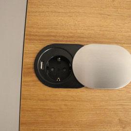 geöffnete Steckdose mit USB- Kabelanschluss