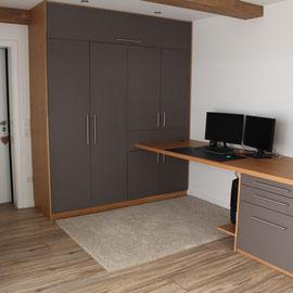 großer Büroschrank bietet perfekten Stauraum, auch im privatenBereich
