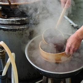 なめらかにするために漉す(小豆の皮や不純物を取り除く)