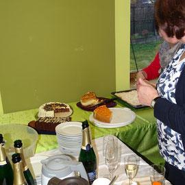 Kaffee und selbstgebackener Kuchen des Dorfladenteams.