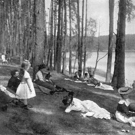 anonymer Photograph: Sonntagnachmittag an einem See im Grunewald. 1904
