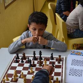Deux enfants aux échecs