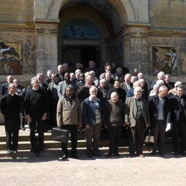 Une cinquantaine de prêtres autour de Mgr Habert ; ne cherchez pas P. Loïc, c'est lui qui prend la photo