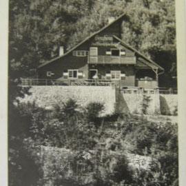 """Das Schutzhaus """"Bergheim"""" vor dem Eingang der Höhle. Es brannte nach dem 2. Weltkrieg ab."""